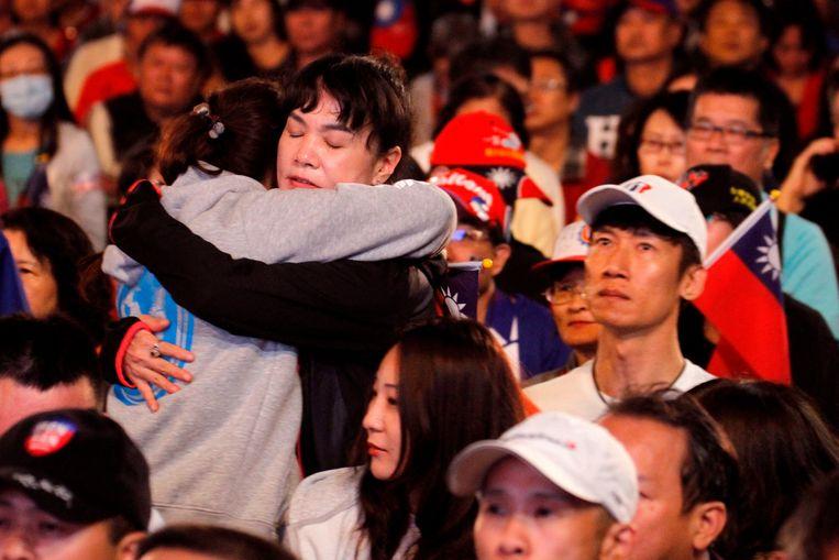 Aanhangers van Han Kuo-Yu, de presidentskandidaat van oppositiepartij Kuomintang, treuren om hun verkiezingsnederlaag. Beeld AFP