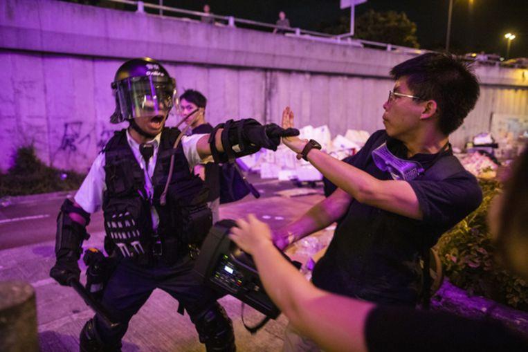 Joshua Wong tegenover de oproerpolitie in juli. Een maand daarvoor was Wong, leider van de Paraplurevolte, vrijgekomen. Beeld Getty