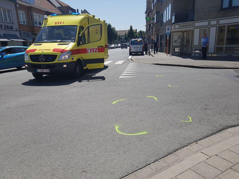 De fietser werd aangereden door een auto die uit de Mariastraat kwam. De ziekenwagen en politie kwam ter plaatse.