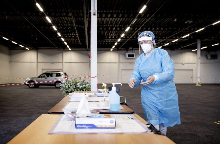 Medewerkers van de GGD Utrecht nemen coronatesten af in een teststraat in Houten.  Beeld ANP