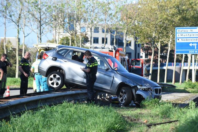 Door een eenzijdige aanrijding belandde de BMW op de vangrail.