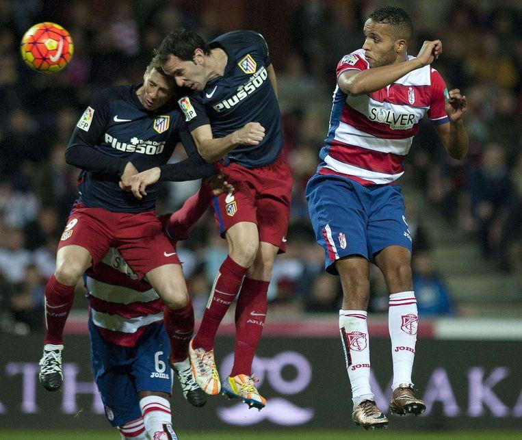 Fernando Torres en zijn teamgenoot Diego Godin koppen samen een duel. Beeld afp