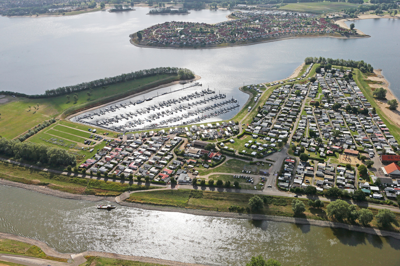 Recreatieplas Rhederlaag vanuit de lucht gezien.