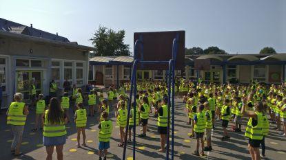 Carrefour Market Ertvelde schenkt kinderen De Regenboog gratis fluohesje
