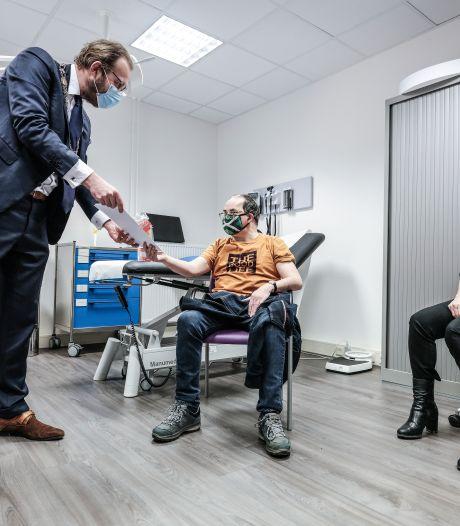 Een prikdiploma voor Gerben na eerste coronavaccinatie bij Elver