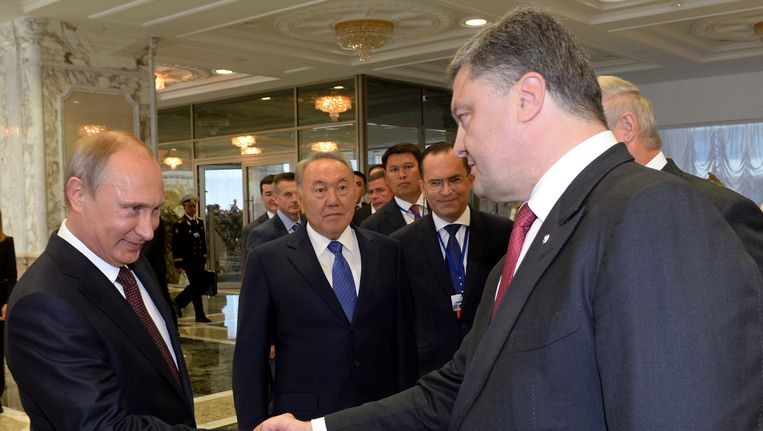 Poetin (links) en Porosjenko schudden handen tijdens een top in de Wit-Russische hoofdstad Minsk. Beeld belga