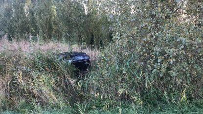 Vrouw belandt met auto op akker