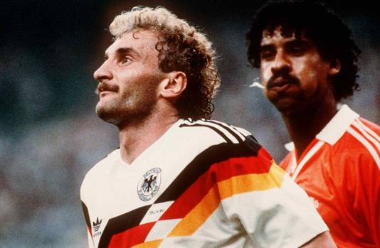 Frank Rijkaard spuugt naar Rudi Völler.