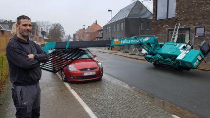 Hijskraan valt pardoes op geparkeerde wagen
