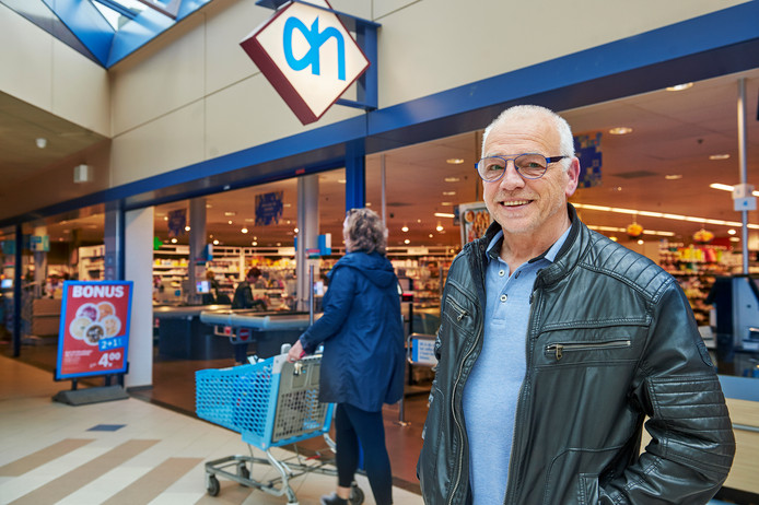Ossenaar Guido de Valk werkt al 50 jaar bij de Albert Heijn. Hier staat hij voor de filiaal in de Ruwert, waar hij al lang niet meer werkt.