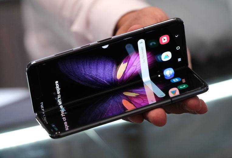 De Samsung Galaxy Fold is een opvouwbare tablet/uitklapbare telefoon, met een scherm aan de bovenkant zodat hij in ingeklapte vorm werkt als 'gewone' smarpthone. Beeld Getty Images