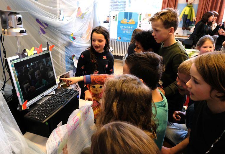 De leerlingen van klas 3A van de lagere gemeenteschool van Bonheiden vertellen via Bednet aan klasgenootje Jonas dat ze de wedstrijd wonnen.