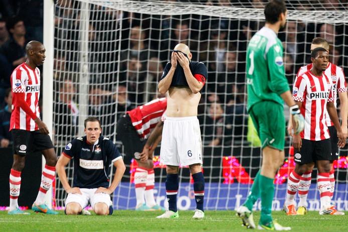 Hans Mulder treurt nadat Willem II in 2012 alsnog met 3-2 heeft verloren.