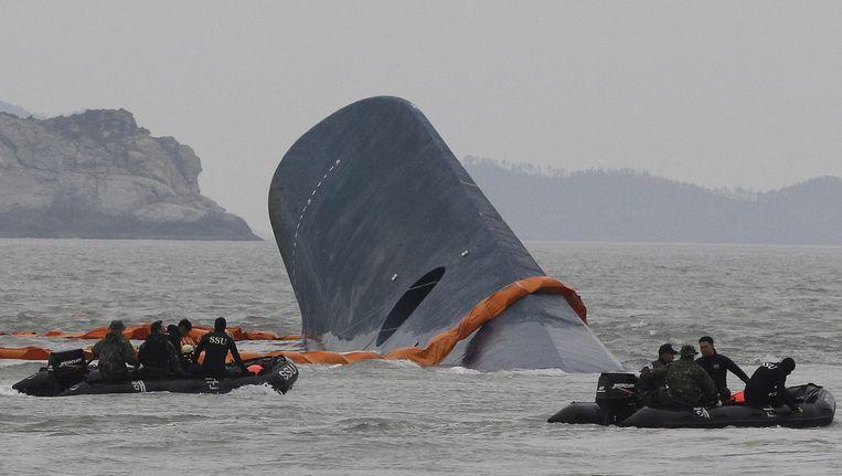 De Zuid-Koreaanse kustwacht zoekt naar vermiste passagiers bij de gezonken veerboot in april. Beeld ap
