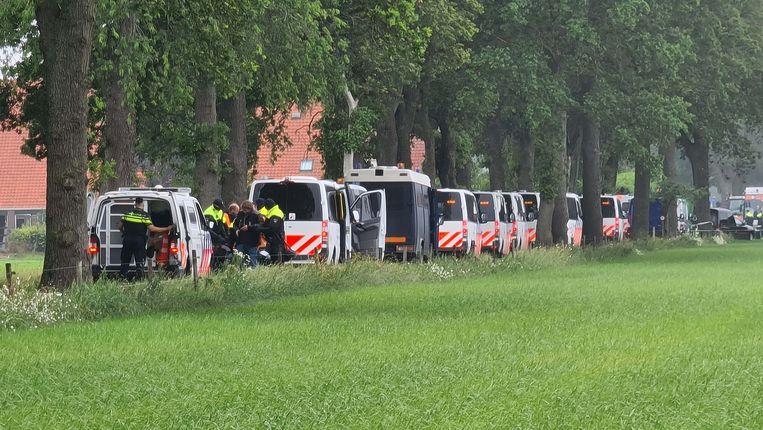 Tientallen boeren zijn opgepakt toen ze de toegang naar afvalverwerkingsbedrijf Attero in het Drentse Wijster blokkeerden met landbouwvoertuigen en auto's. Demonstraties met tractoren zijn in Groningen, Friesland en Drenthe niet toegestaan. Beeld ANP