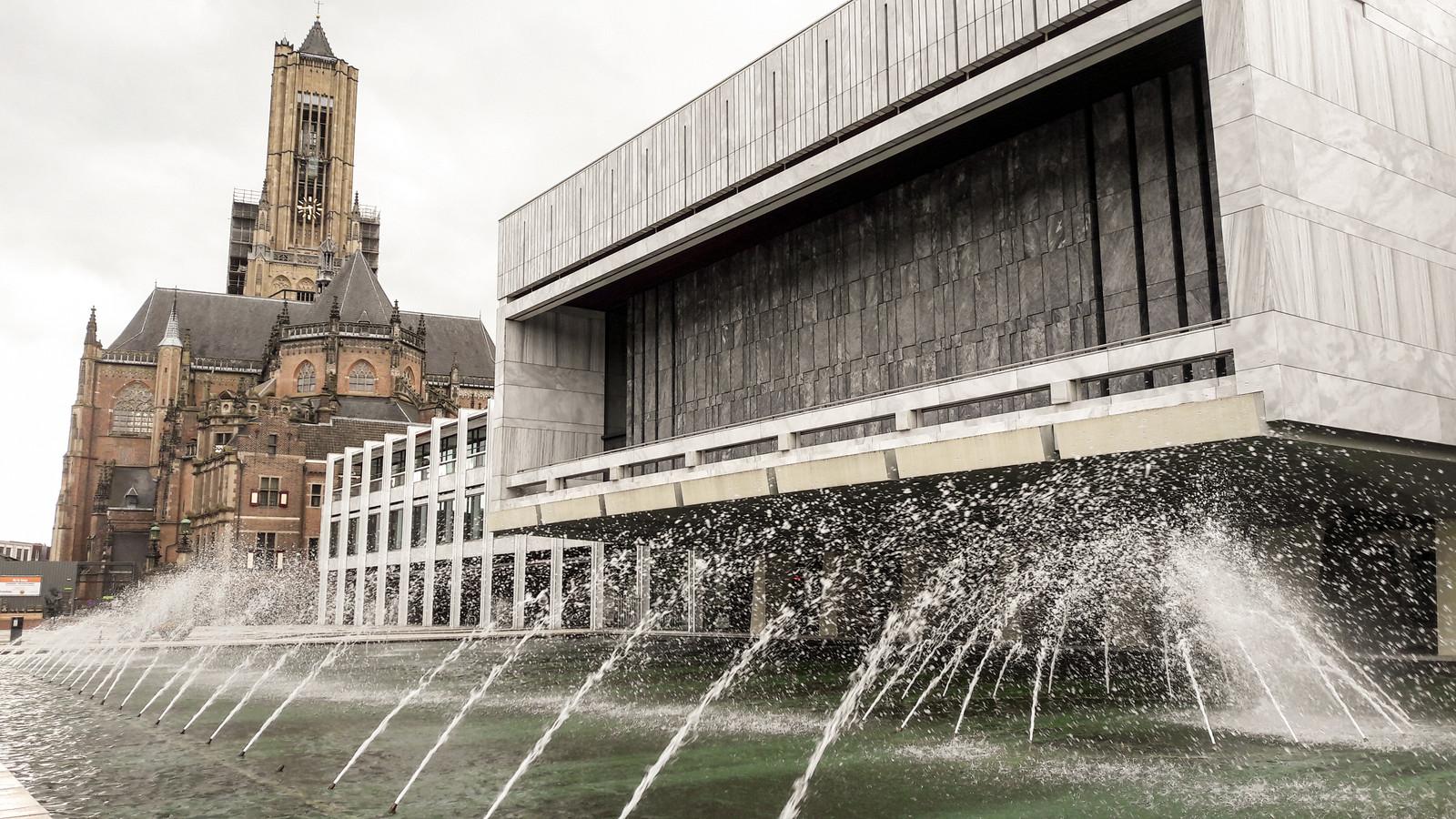Stadhuis Arnhem met Eusebiuskerk. Eusebius Gemeentehuis Fontein