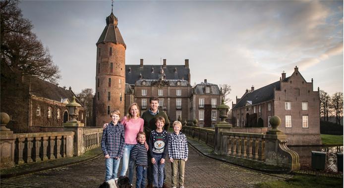 Het gezin van graaf Van Rechteren voor het kasteel in Dalfsen
