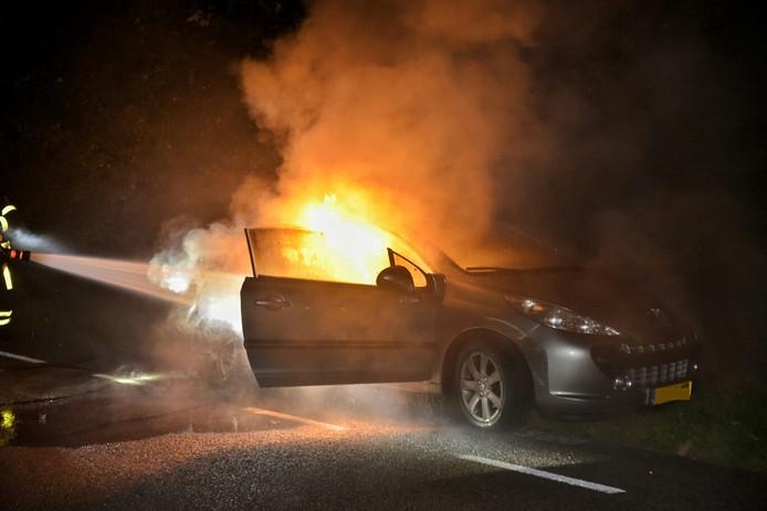 Een auto zonder bestuurder vloog in brand in Loon op Zand.
