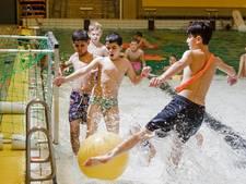 Watervoetbal: met een reusachtige bal scoren in het zwembad