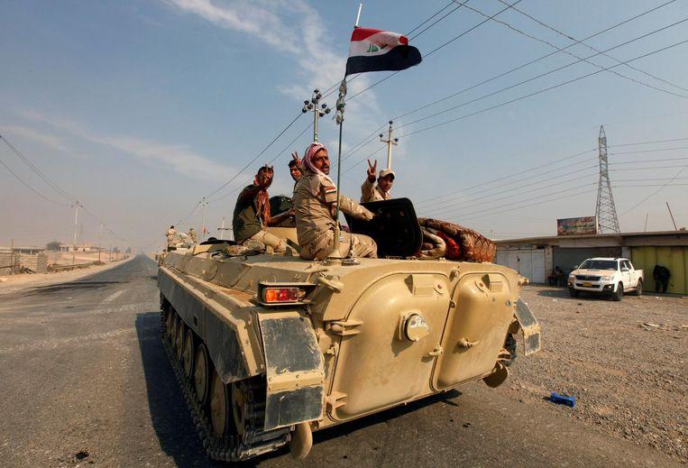 Voertuigen van het Irakese leger rijden in Qayyara, ten zuiden van Mosul. Beeld Reuters
