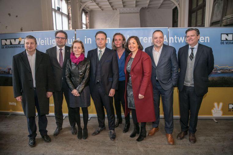 Vlnr: Ludo Van Campenhout, Koen Kennis, Annick De Ridder, Bart De Wever, Liesbeth Homans, Nabilla Ait Daoud, Fons Duchateau en Rob Van de Velde.