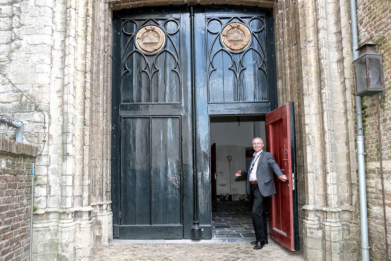 Gids Jan Jongenelen laat zien hoe het wordt: entree via de ingang aan de Grote Markt.