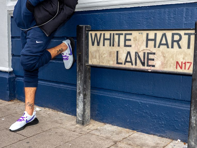 Een Spurs-fan leunt tegen een muur. Beeld Getty Images