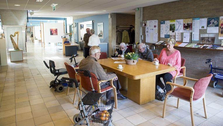 Enkele bewoners bijeen in de centrale hal van het Rosa Spier Huis in Laren (archieffoto). Beeld anp