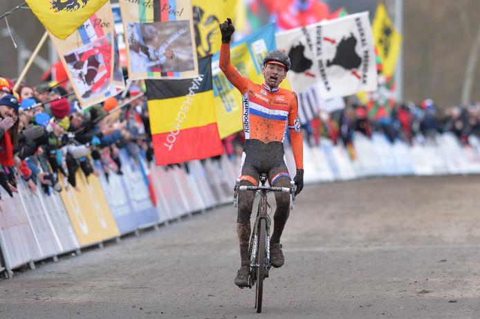 Mathieu van der Poel gaat emotioneel over de finish naar zijn eerste wereldtitel.