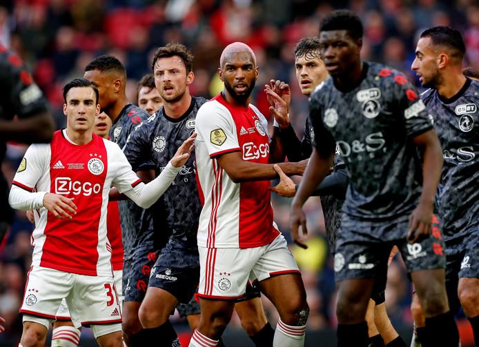 Nicolás Tagliafico en Ryan Babel wachten op een corner tijdens Ajax - Sparta (2-1) gisteren.