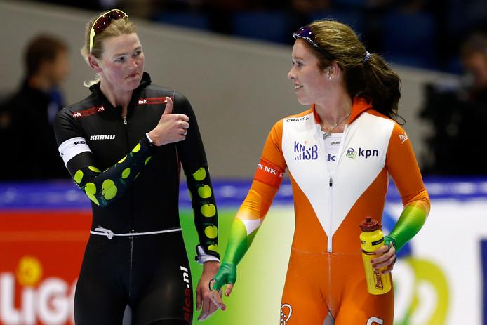 Antoinette de Jong krijgt van Rixt Meijer (L) een compliment na afloop van hun rit op de 3000 meter vrouwen op het NK Afstanden in Thialf in Heerenveen.