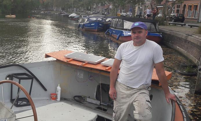 Utrechter Martin vormt zijn bootje aan de Wittevrouwensingel in Utrecht al om tot semi-elektrisch vaartuig. Op het achterschip liggen de zonnepanelen al klaar.