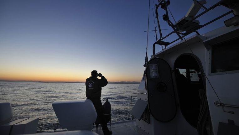 Een patrouille van de Griekse kustwacht speurt de zee af naar vluchtelingenbootjes. Beeld afp