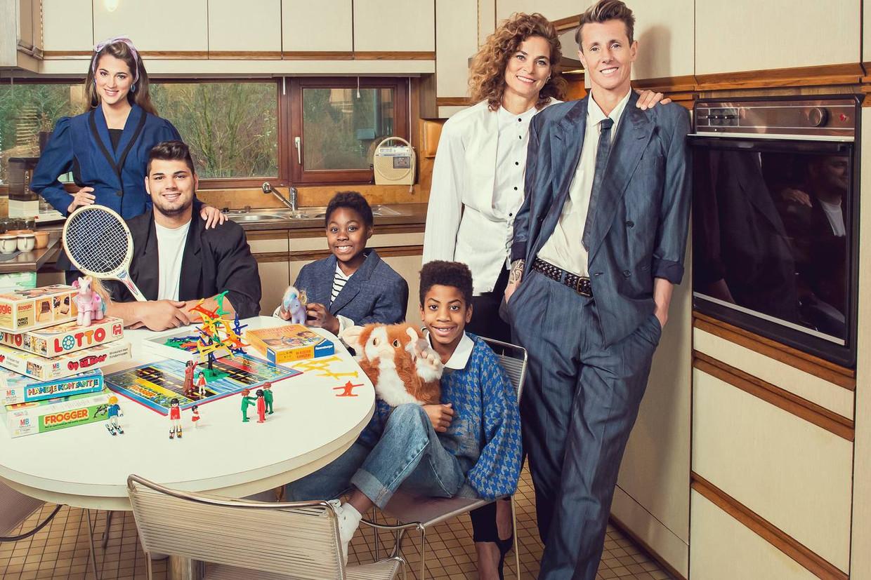 Sam Bettens en zijn gezin in 'Groeten uit'. Beeld rv