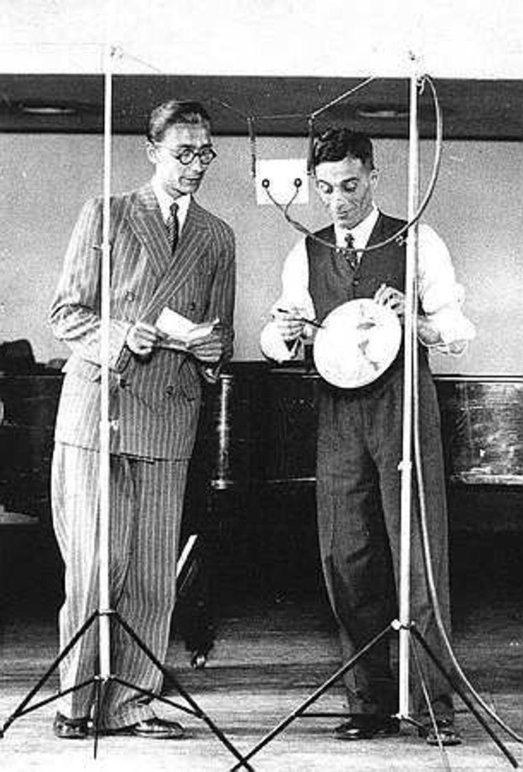 De eerste opname in Nederland voor een grammofoonplaat, door Louis Davids (rechts) in 1932. Foto ANP Beeld