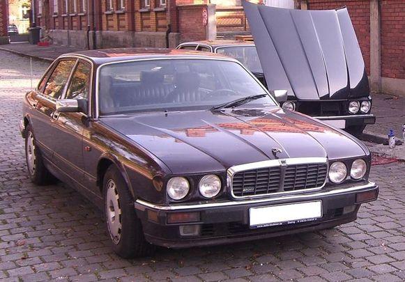 Door deze opvallende, donkerrode Jaguar XJR6 kwam de Duitser in het vizier van de politie.