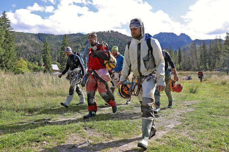 Zeker 27 reddingswerkers proberen de twee aardwetenschappers uit de grot te bevrijden.  Beeld null