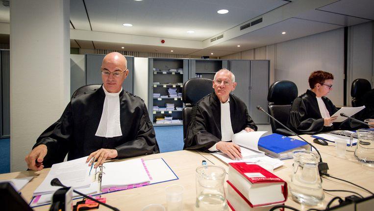 Rechters J. van Steen, voorzitter R. Elkerbout en S. Bierling in de speciaal beveiligde rechtszaal de bunker voor aanvang van de strafeis in het grote Haagse jihadproces Beeld anp