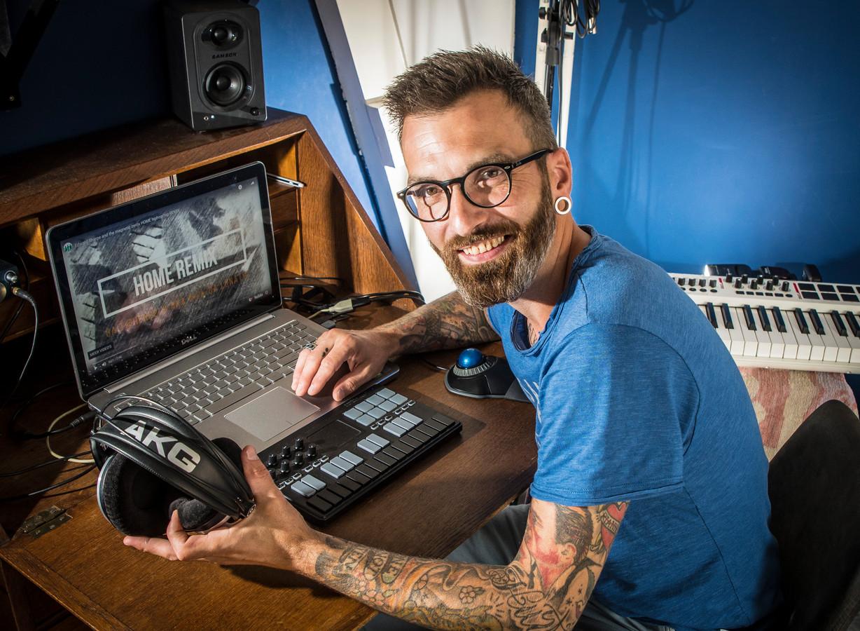 Nick Kamp alias Nick da Lunatic achter zijn laptop die hij gebruikt bij het remixen.