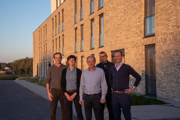 Schepen Christ Meuleman met verantwoordelijken van de bouw en de uitbating van de assistentiewoningen in Scheldewindeke.
