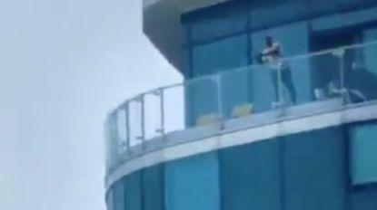 Britse politie arresteert man die vanop balkon in het wilde weg schiet