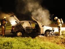 Auto vat vlam en brandt uit op Deurneseweg in Oploo
