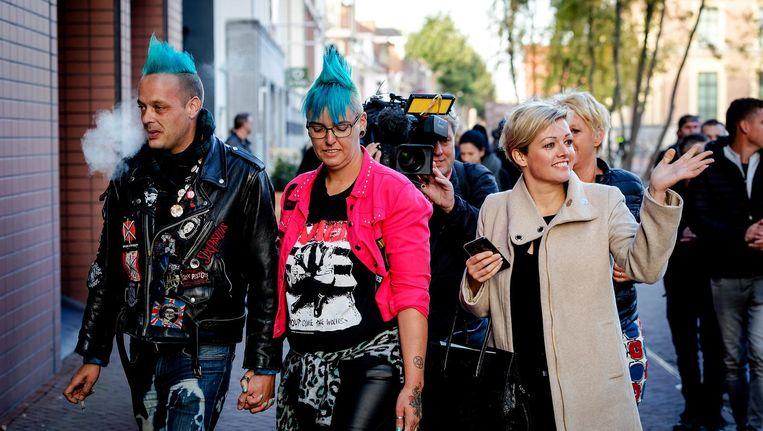 Jenny Douwes (r) kwam maandag samen met andere gedaagden aan bij de rechtbank Beeld anp