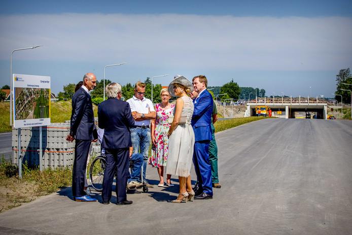 Koning Willem-Alexander en koningin Maxima bezoeken de bouwplaats van de Streekweg Drechterland