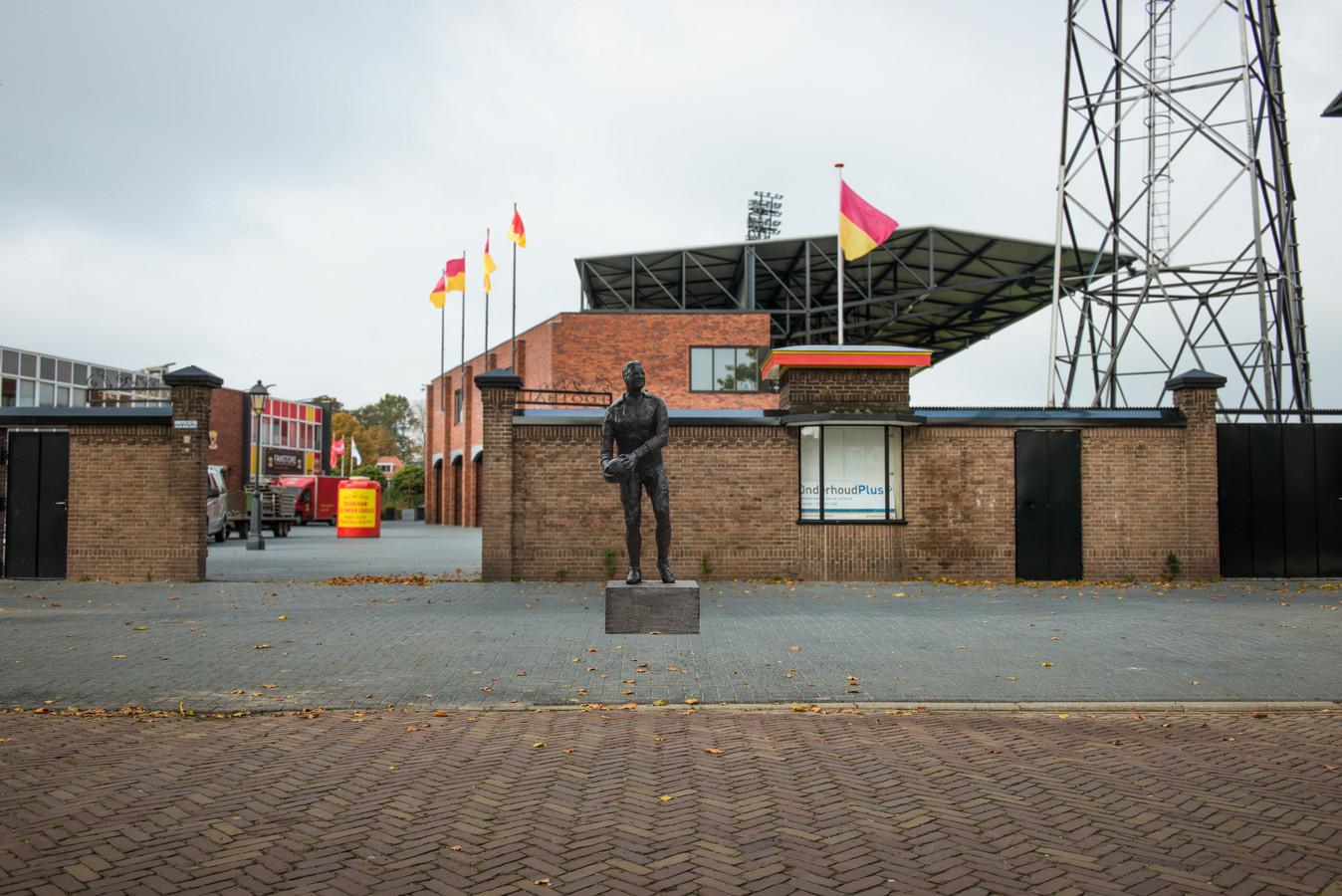 Deze fotomontage toont de plek aan de Vetkampstraat waar het standbeeld voor Leo Halle komt. Het uiteindelijke beeld ziet er iets anders uit, met vroegere Go Ahead-keeper staande op één been. De vergunning voor plaatsing is nu aangevraagd, het laatste beetje geld wordt de komende tijd opgehaald door de initiatiefnemers.