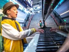 Wat mooi! Bas (12) wil alle stationspiano's bespelen voor diabetesonderzoek, ook in Breda: 'Zodat mijn zus kan genezen'
