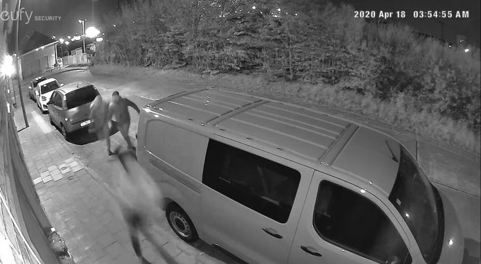 Een eerder camerabeeld uit de Stationswijk in Zeebrugge, toen mannen rond auto's rondliepen.