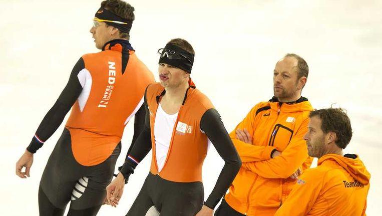 Stefan Groothuis, Sven Kramer, coach Gerard Kemkers en verzorger Rutger Tijssen tijdens de training in de Adler Arena. Beeld anp