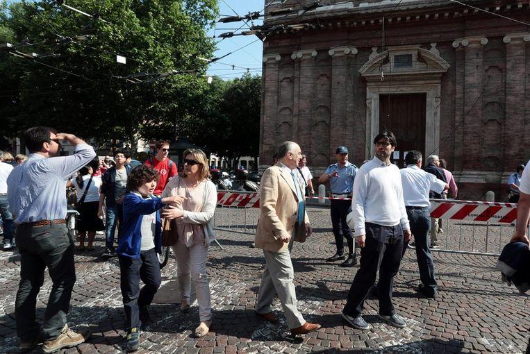 Mensen verzamelen zich voor een kerk in Modena. Beeld epa