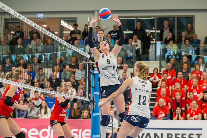 Sliedrecht Sport-spelverdeelster Sarah van Aalen staat op het punt om tegen VC Sneek Denise de Kant (12) te bedienen.